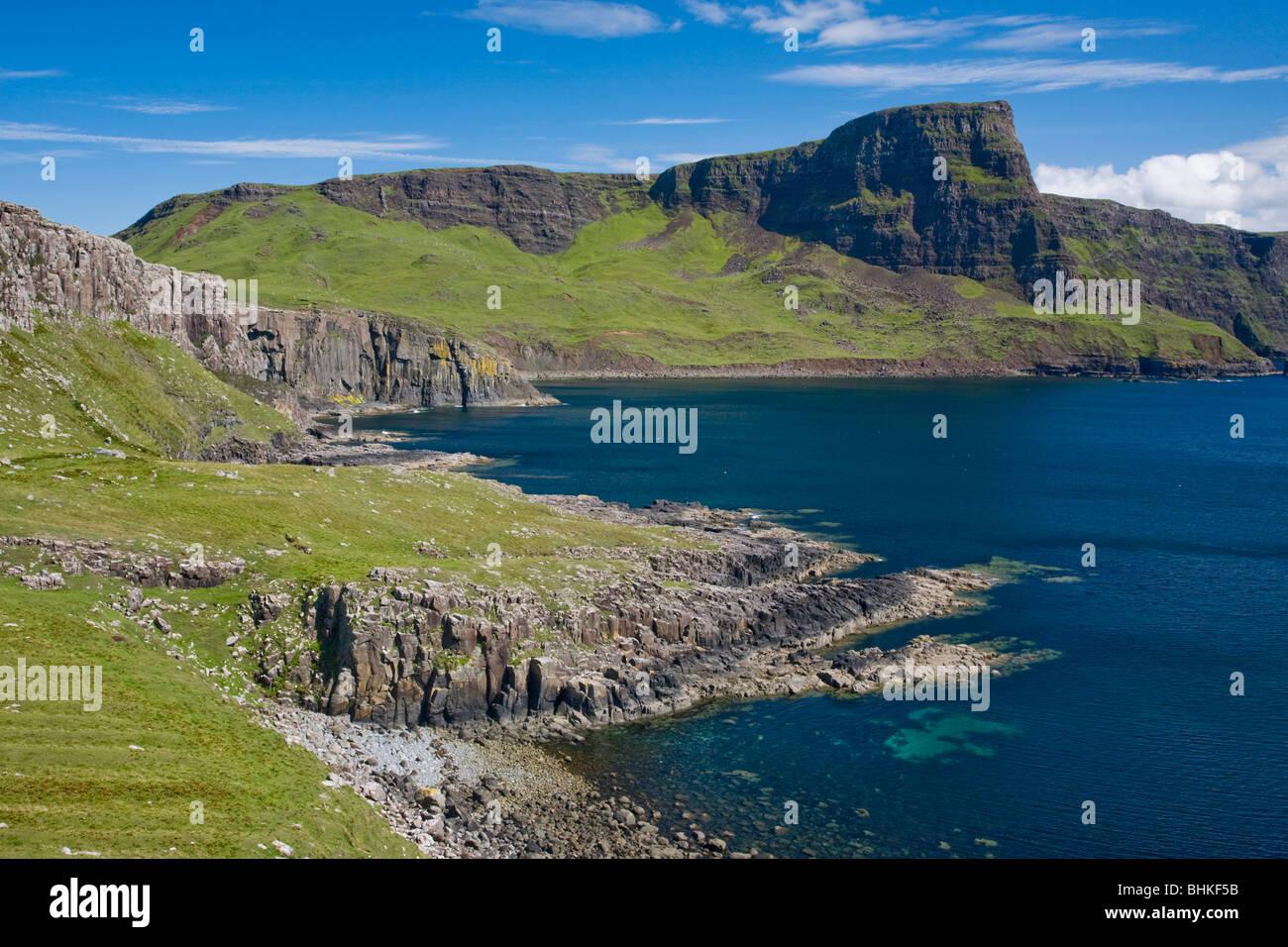 Moonen Bay y cabeza de Waterstein Neist Point, Isla de Skye, Escocia, Reino Unido Foto de stock