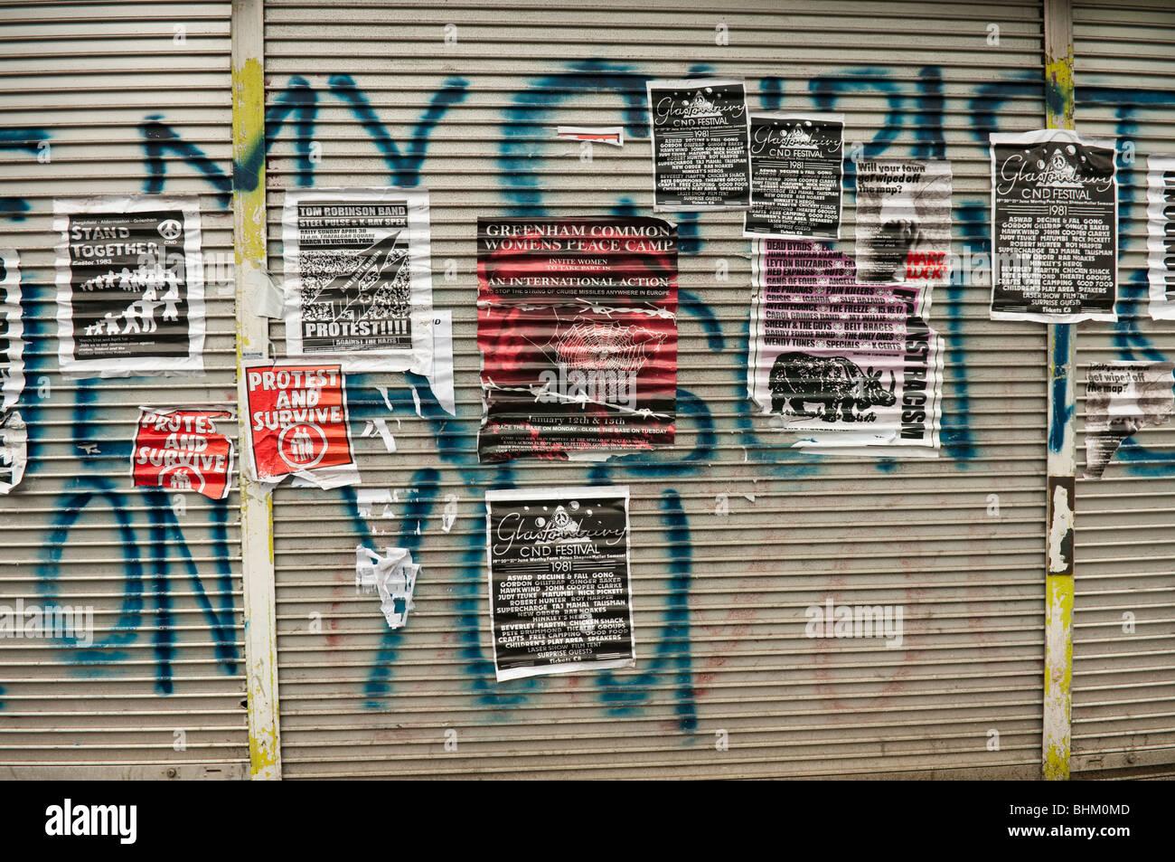 Volar carteles publicidad eventos desde principios de los años ochenta, la CND, marchas de Greenham Common Imagen De Stock