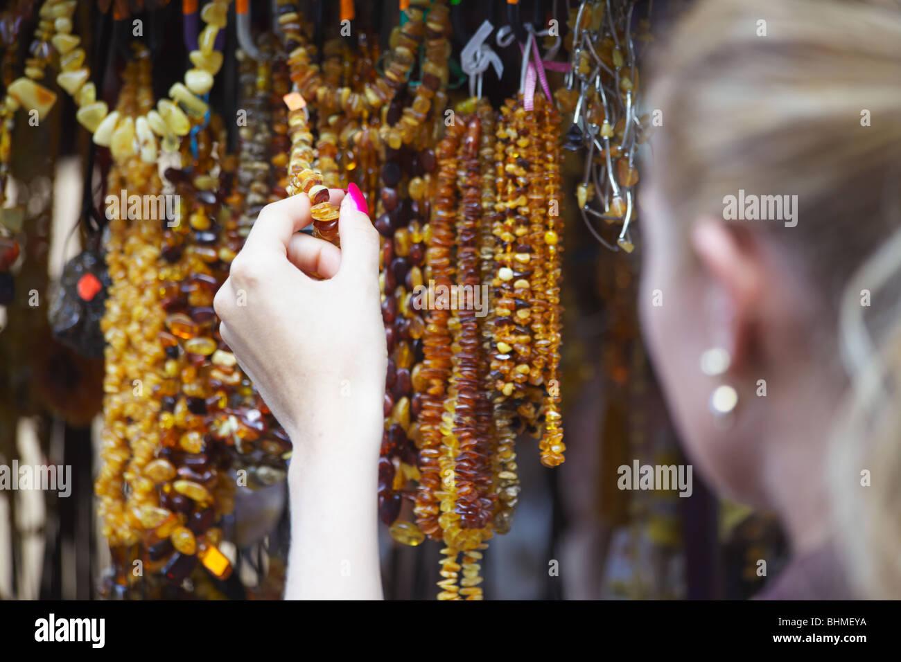 Mujer sosteniendo Joyería de ámbar, Vilna, Lituania, Países Bálticos, Europa Imagen De Stock