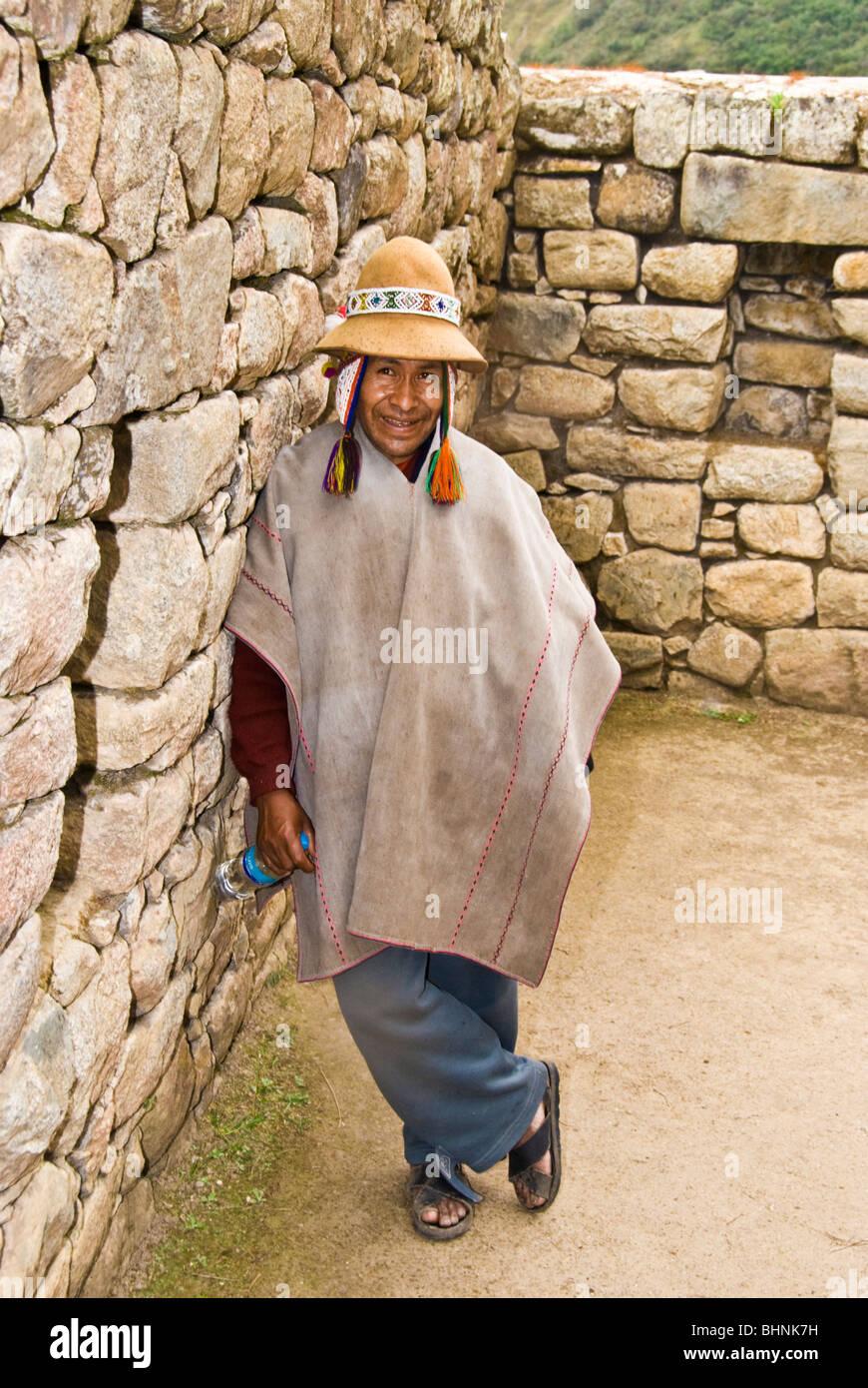 Machu Picchu, Perú, hombre indígena en las ruinas arqueológicas, la civilización Inca, América del Sur, la cultura Foto de stock