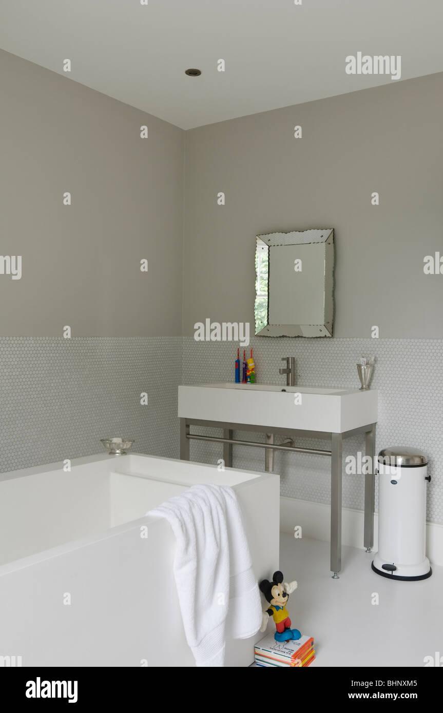 Simple y moderno cuarto de baño con lavabo y bañera Imagen De Stock