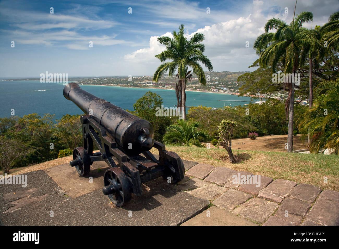 Vistas sobre la bahía y Rockly Scarborough desde Fort King George Tobago. Imagen De Stock