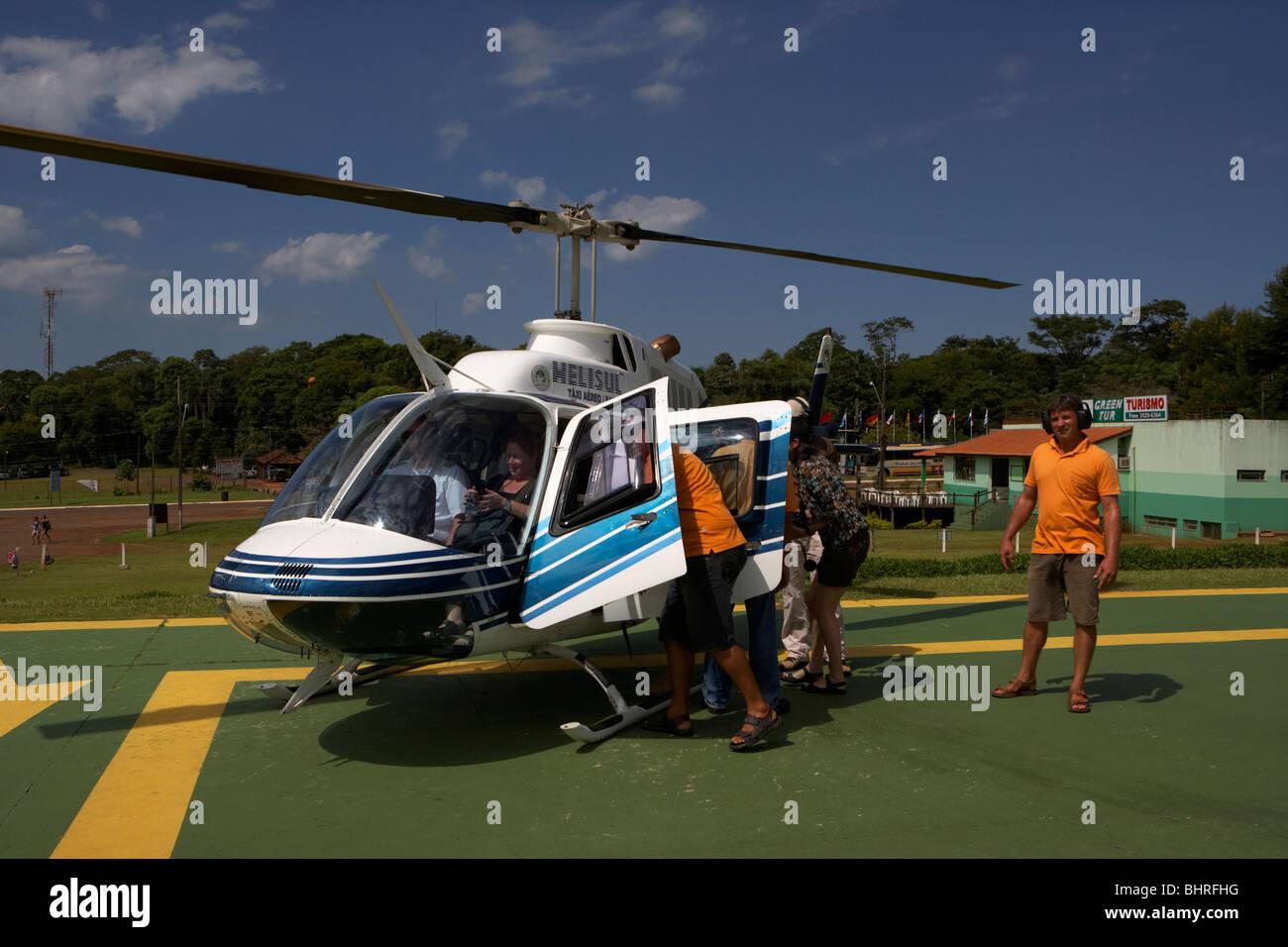 Helisul viaje turístico paseos en helicóptero sobre el Parque Nacional de Iguaçu, Paraná, Brasil, Imagen De Stock
