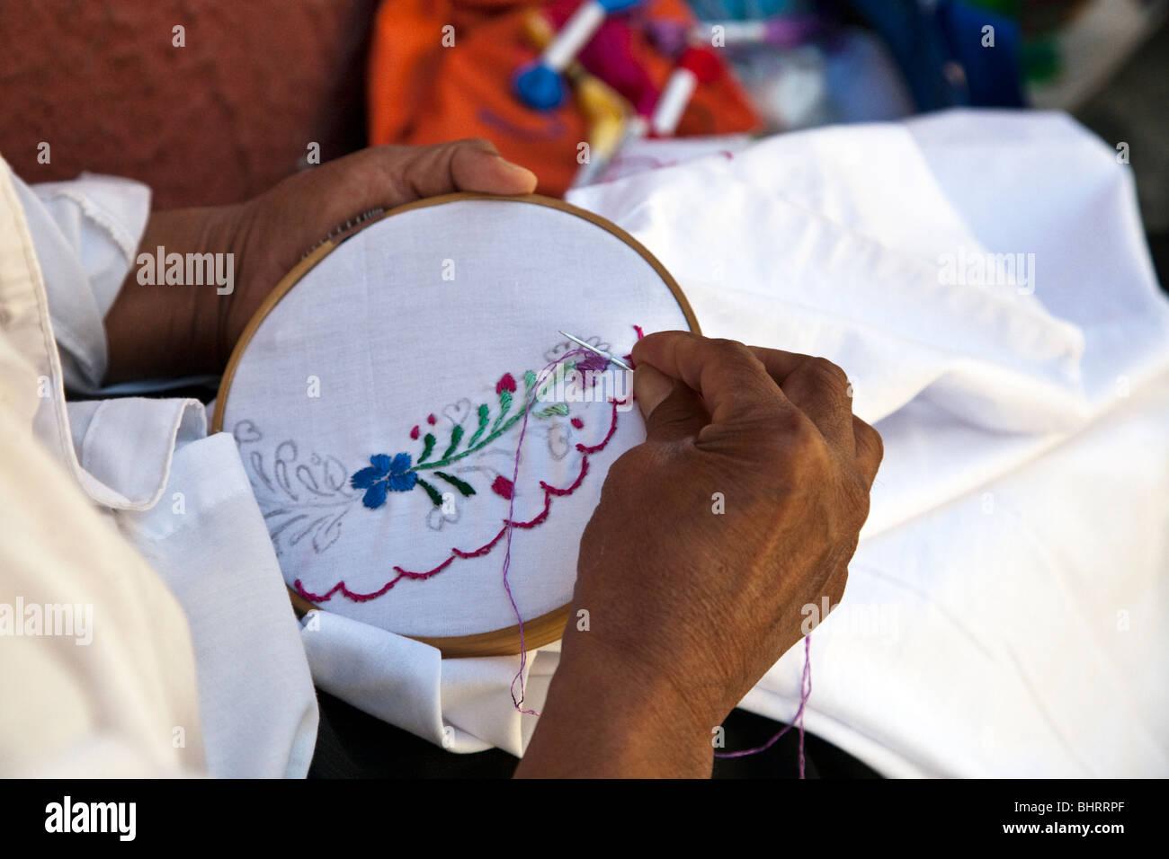 Mano bordado bordado de un tradicional blusa bordada con bastidor de bordado  en la Calle Macedonio b4edf6065dd2a
