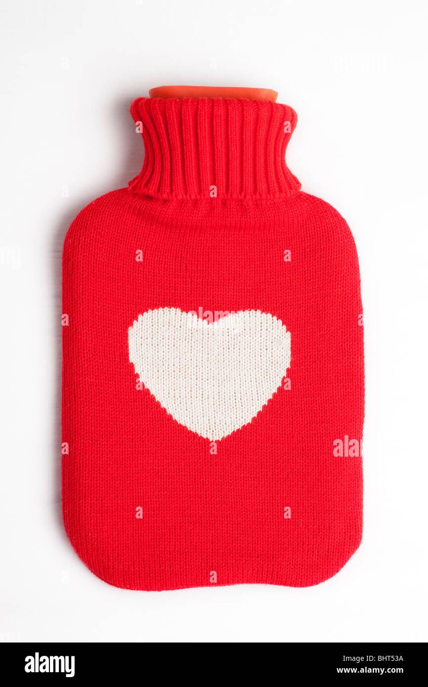 Un corazón cubierto de una botella de agua caliente Imagen De Stock