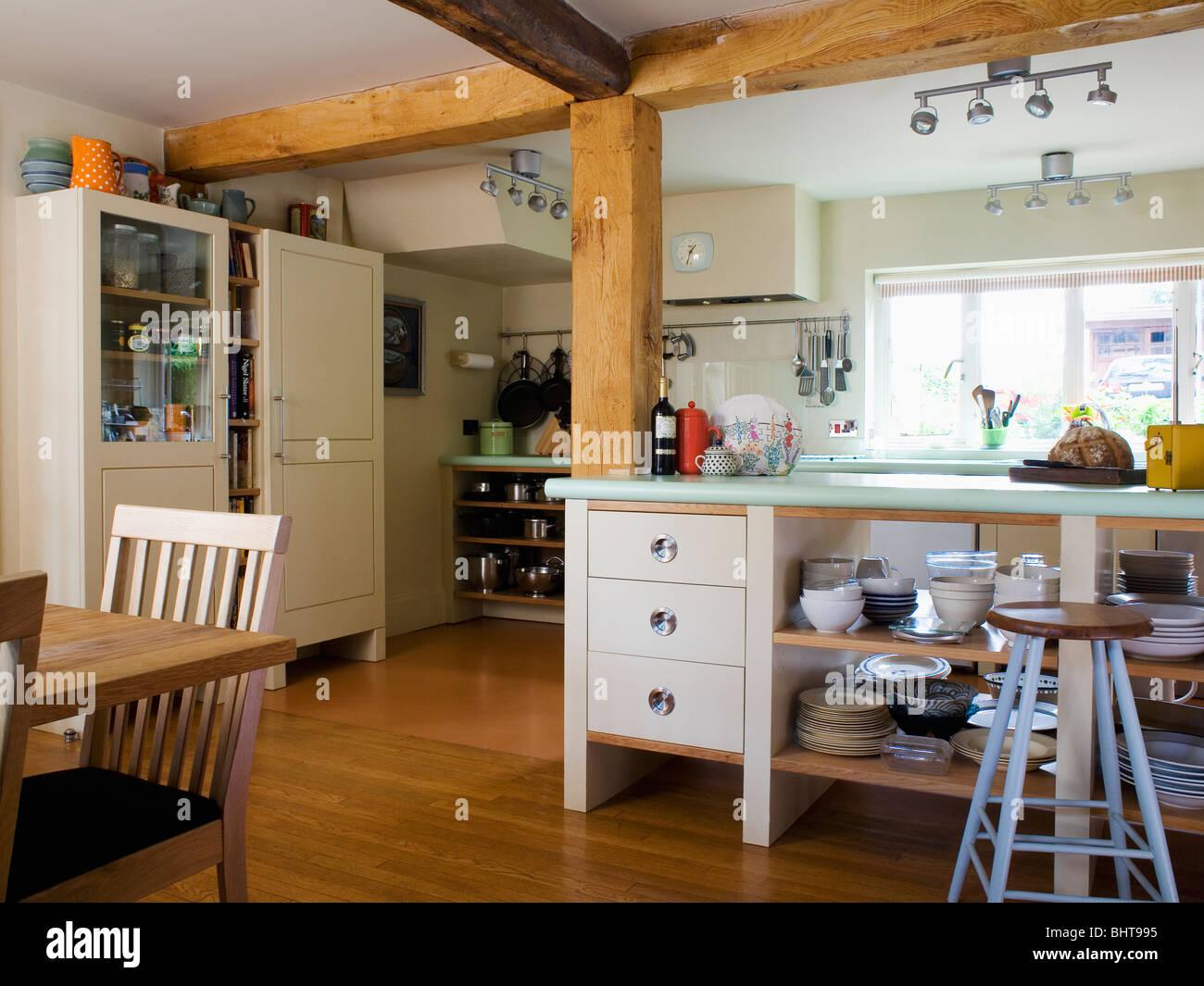 Grandes vigas de madera en el país independiente cocina con estantes de almacenamiento  abierto en la isla de unidad 4f29714c2959