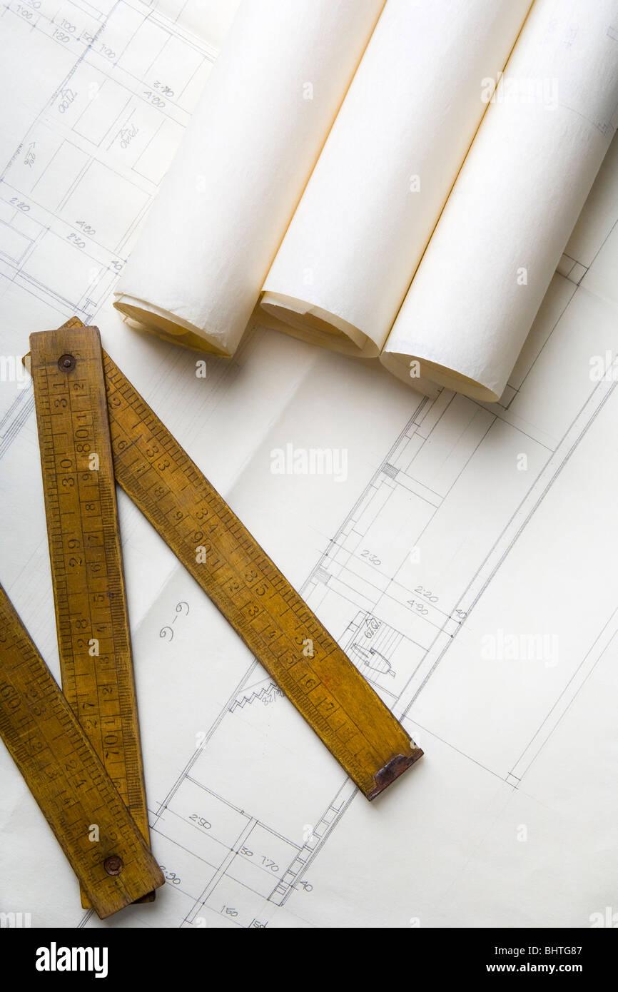 Planos de arquitectura y un medidor de carpintero Imagen De Stock