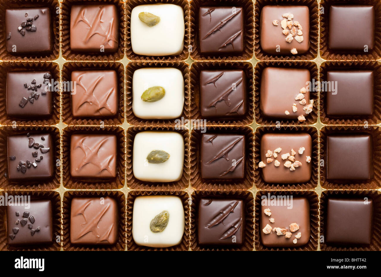 Hechos a mano en una caja de chocolates de lujo - Disparo en studio Imagen De Stock