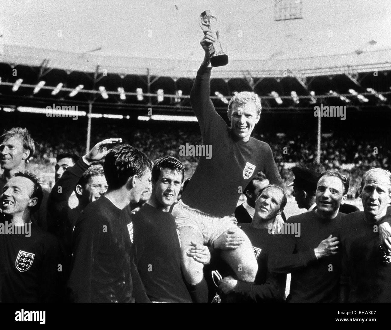 Final de la Copa Mundial de Julio de 1966 en el estadio de Wembley Inglaterra 4 v Alemania Occidental 2 después de un tiempo extra de Inglaterra el capitán Bobby Moore mantiene a flote el trofeo Jules Rimet como él está sentado sobre los hombros de sus compañeros después de ganar la Copa Mundial Foto de stock