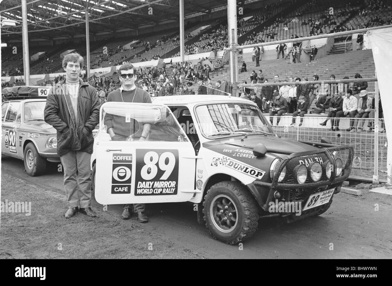 Allan Keefe y J Conroy junto a su Austin Mini Cooper S al inicio del Daily Mirror World Cup Rally el 19 de abril Imagen De Stock