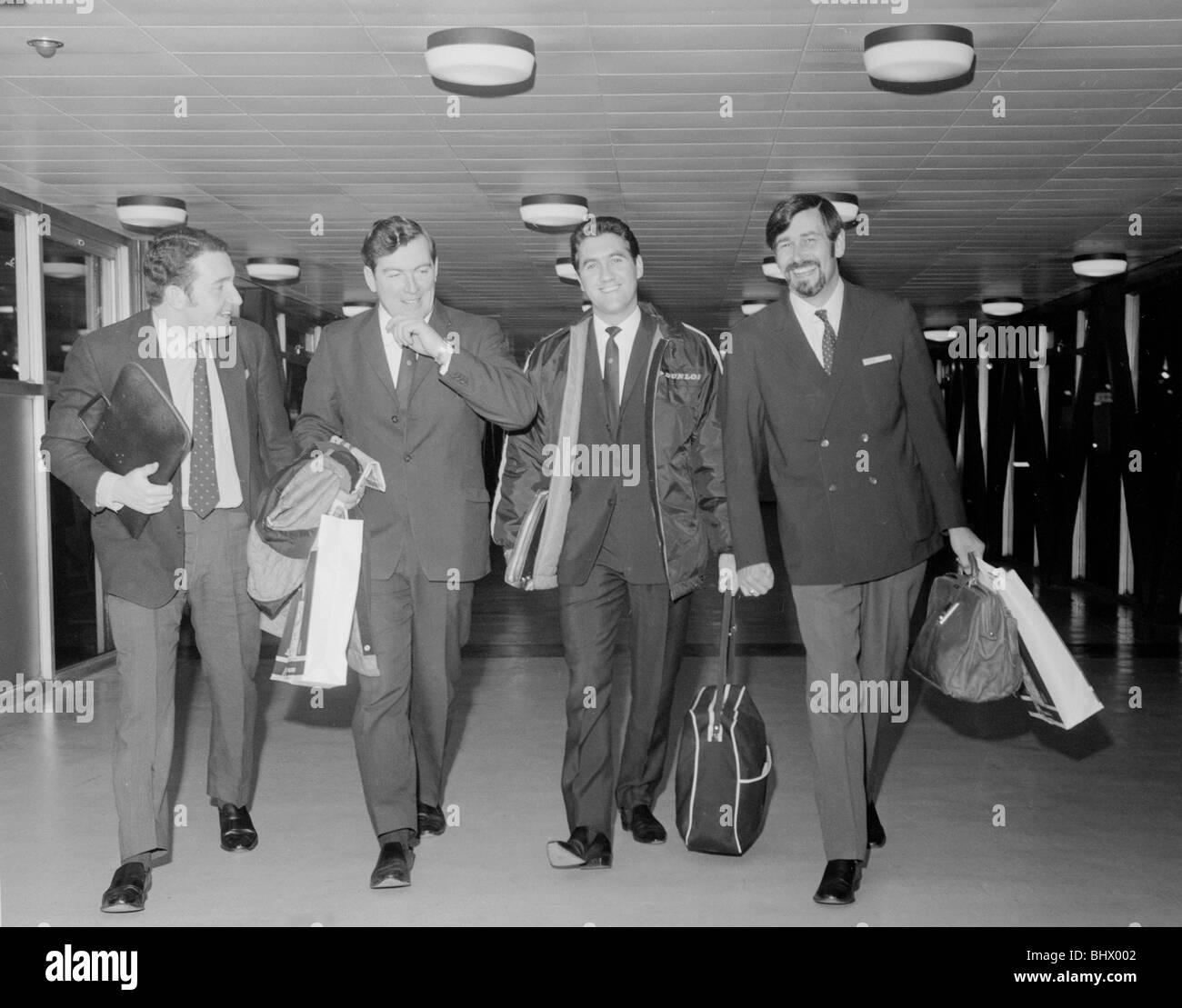 Los cuatro hombres que conducirá a la British Leyland ataque en el Daily Mirror World Cup Rally vuela a Sudamérica Imagen De Stock