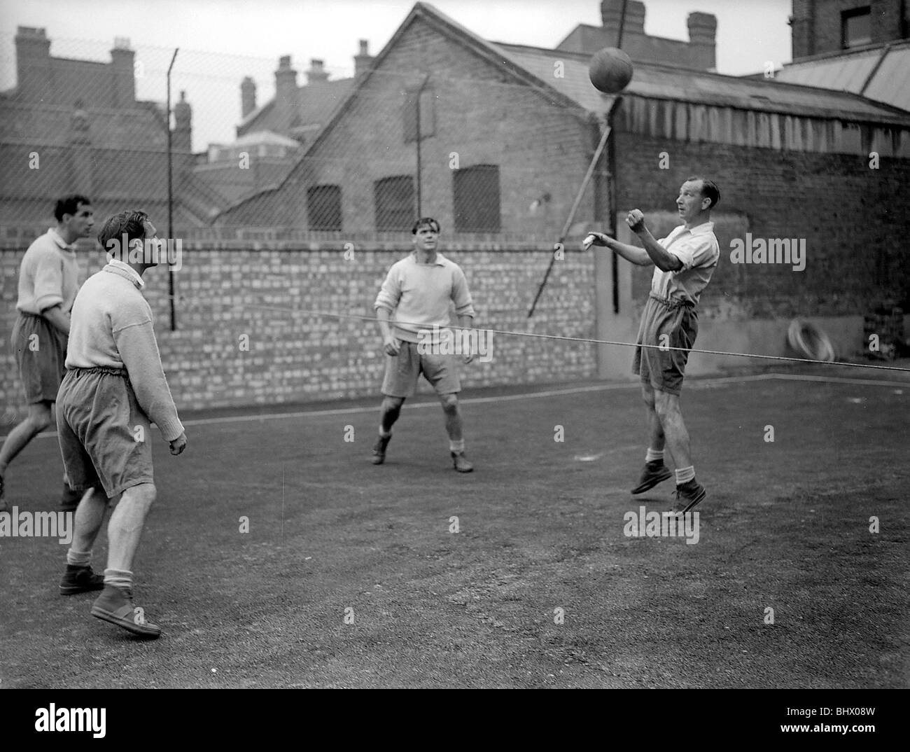 Jugadores de fútbol Tottenham Hotspurs Julio de 1950 Foto durante la sesión de capacitación Duquemin Len el tercero desde la izquierda Foto de stock