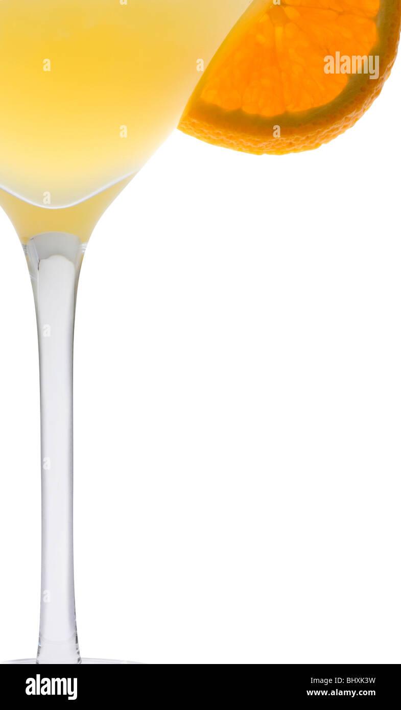 Fuzzy Navel mezcla de bebidas con guarnición rodajas de naranja sobre fondo blanco. Imagen De Stock