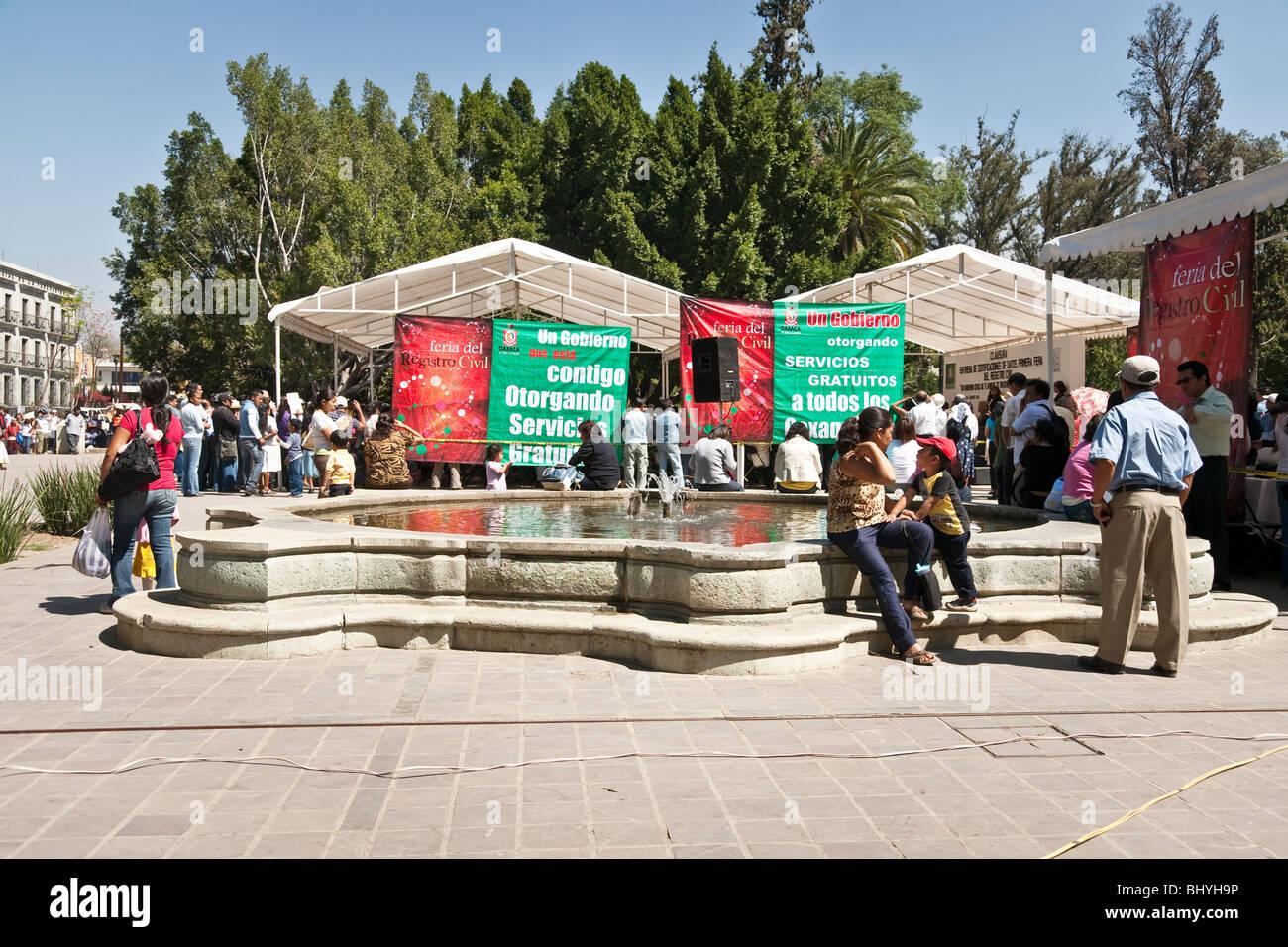 Parque Juárez Oaxaca es sitio para la feria de trabajo para alentar a todos los Oaxacans para calificar para Imagen De Stock