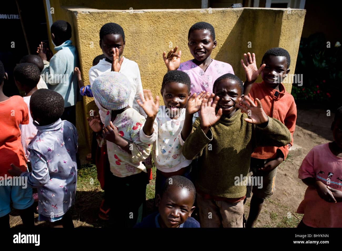 Los niños locales en Mufindi, Tanzania, África Oriental Imagen De Stock