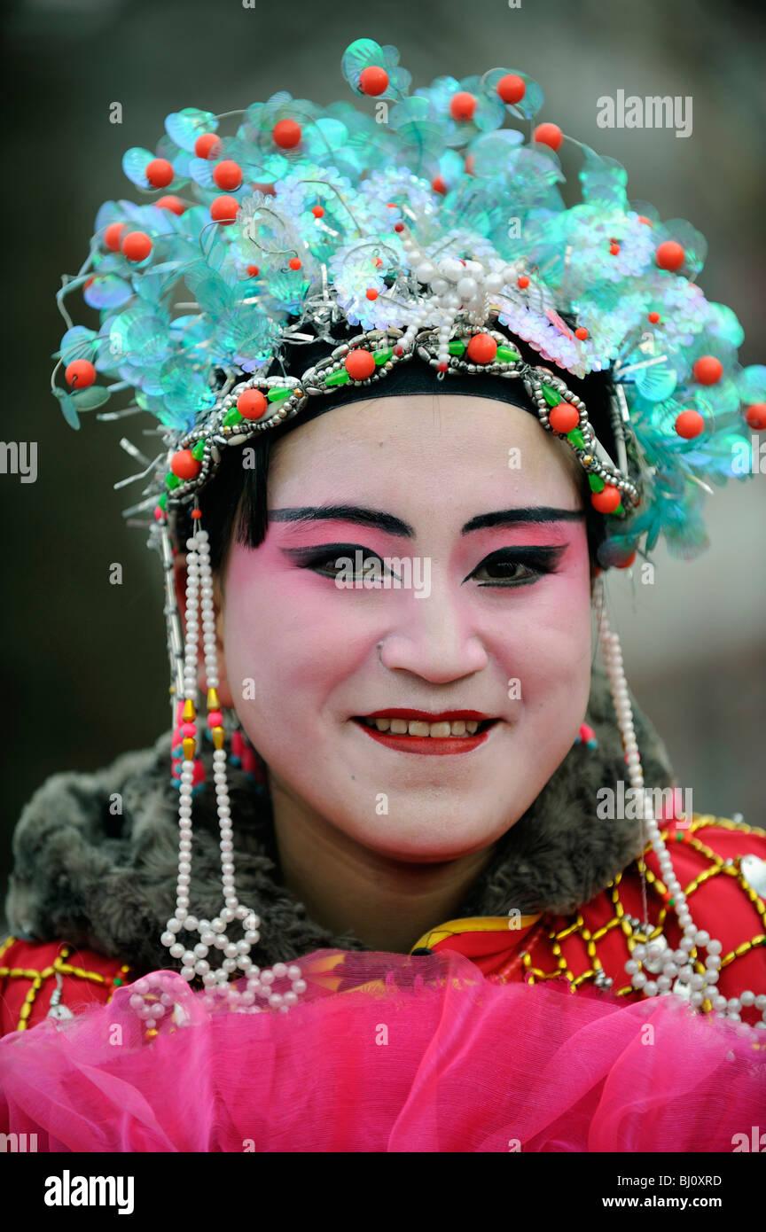 Mujer china con trajes teatrales durante el Festival de Primavera de realizar en Yuxian, Hebei, China. 28-Feb-2010 Imagen De Stock