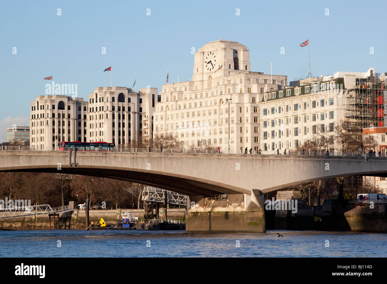 Waterloo Bridge y la Shell Mex House y el Hotel Savoy Foto de stock