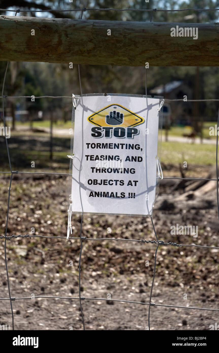 Deje de atormentar a los animales y burlas señalizado en la valla de vivienda rural animales de granja Foto de stock