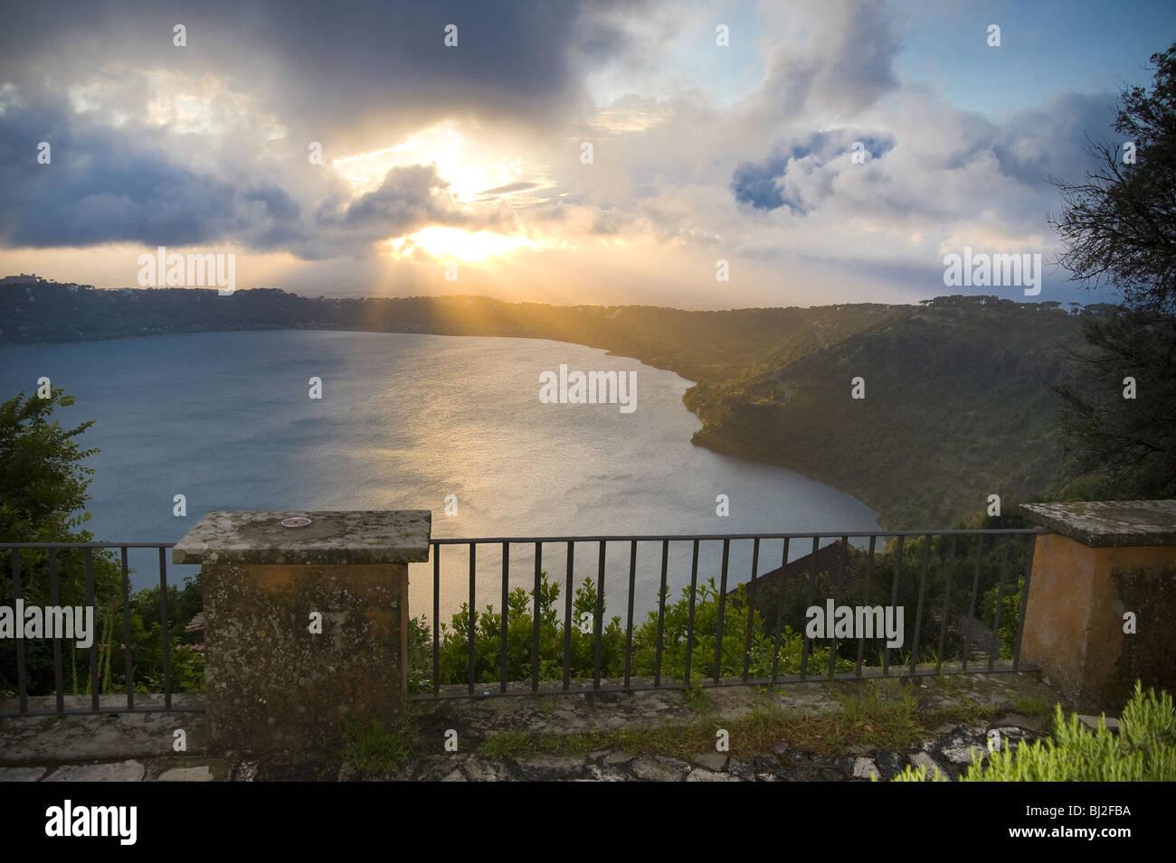 Puesta de sol sobre el lago Lago di Castel Gandolfo, Italia. Imagen De Stock