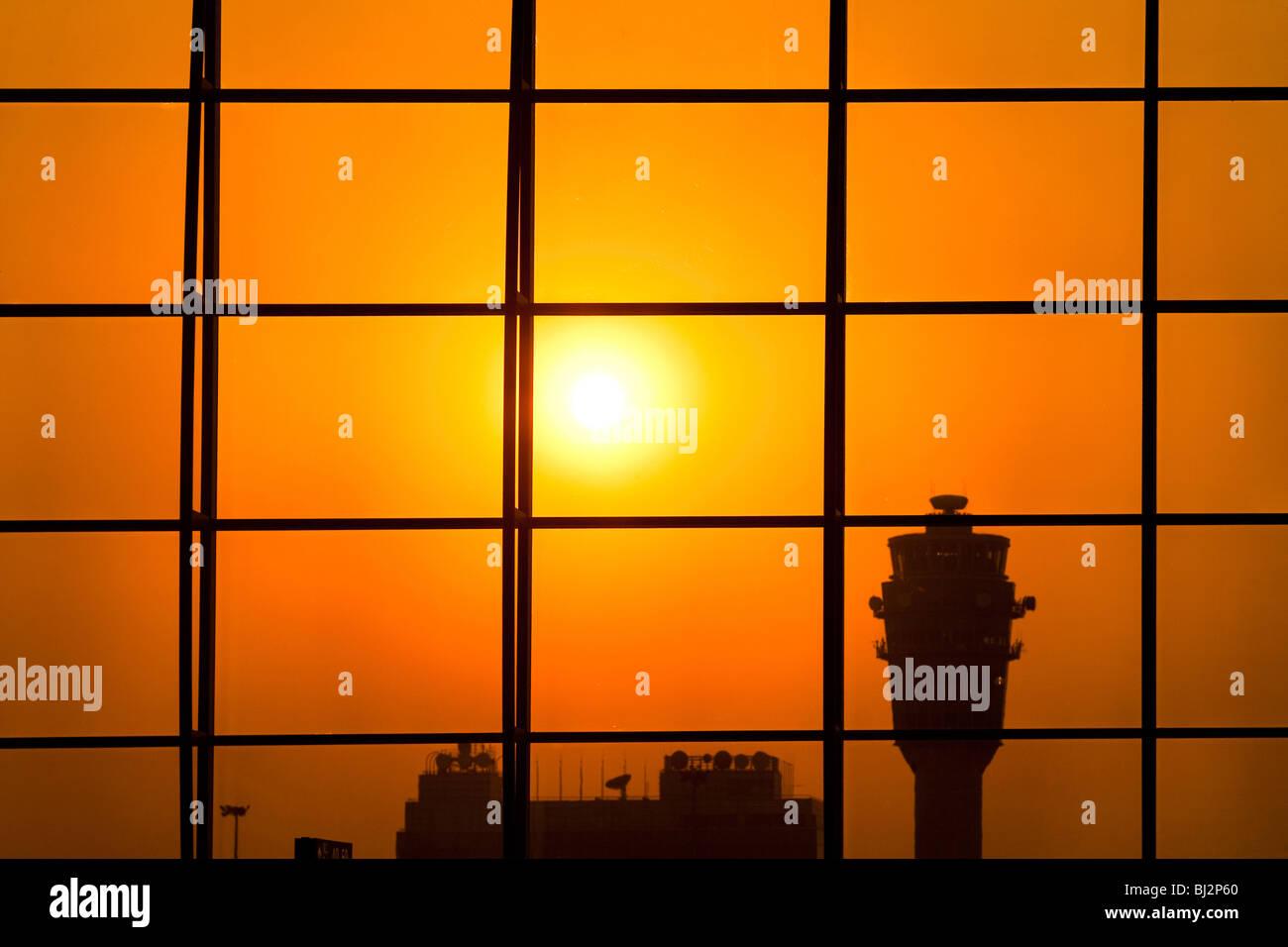 Torre de control del aeropuerto de Hong Kong, China Foto de stock