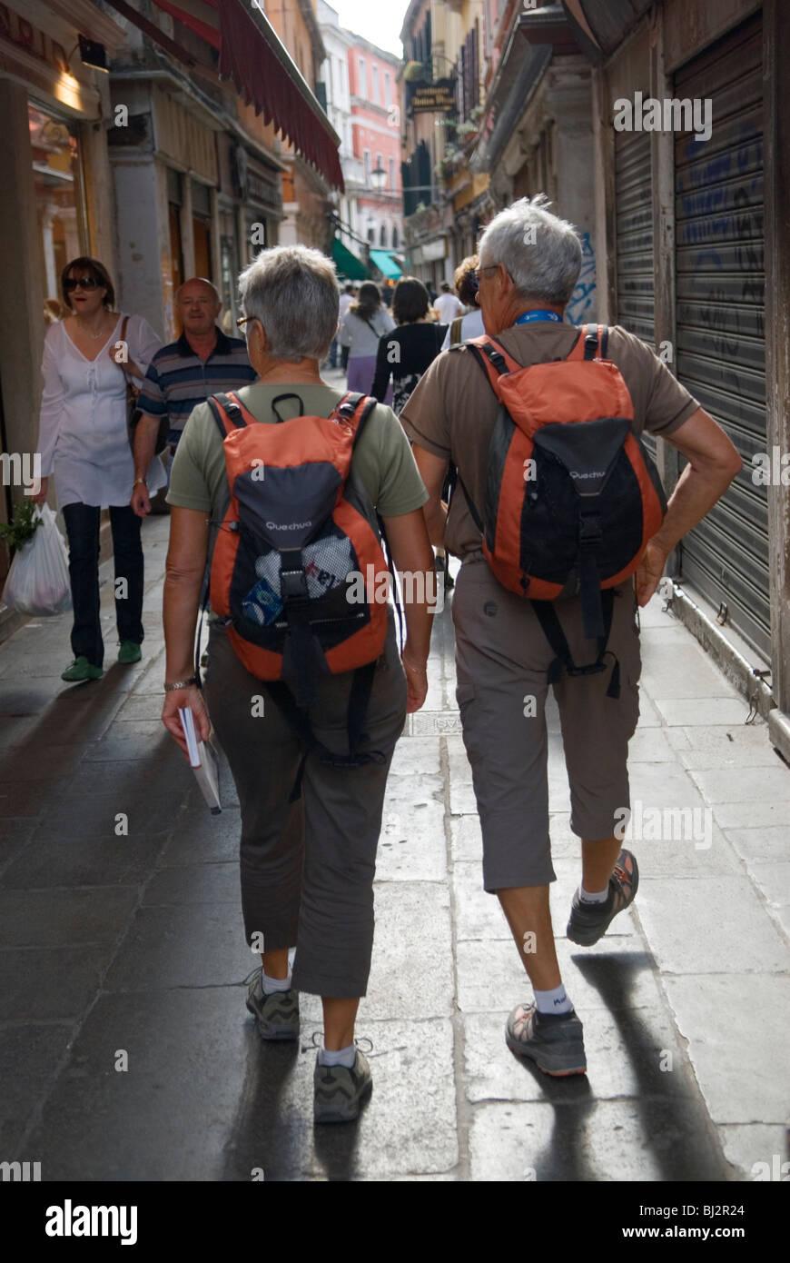Venecia Italia pareja de ancianos de turistas vestidos con ropas similares. 40 50 60 años Homero SYKES Imagen De Stock