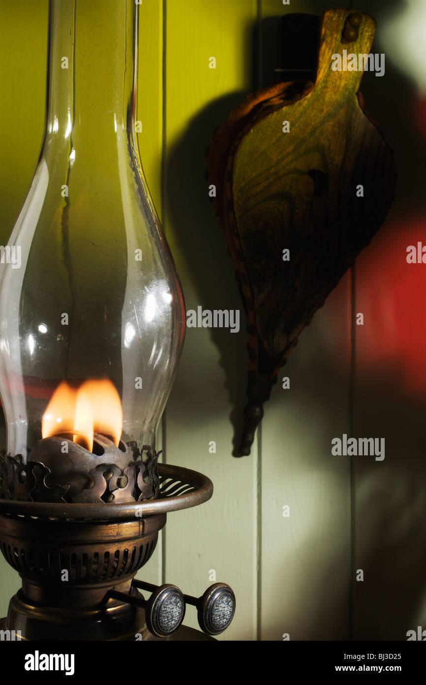 Una vieja lámpara de aceite y fuelles. Foto de stock