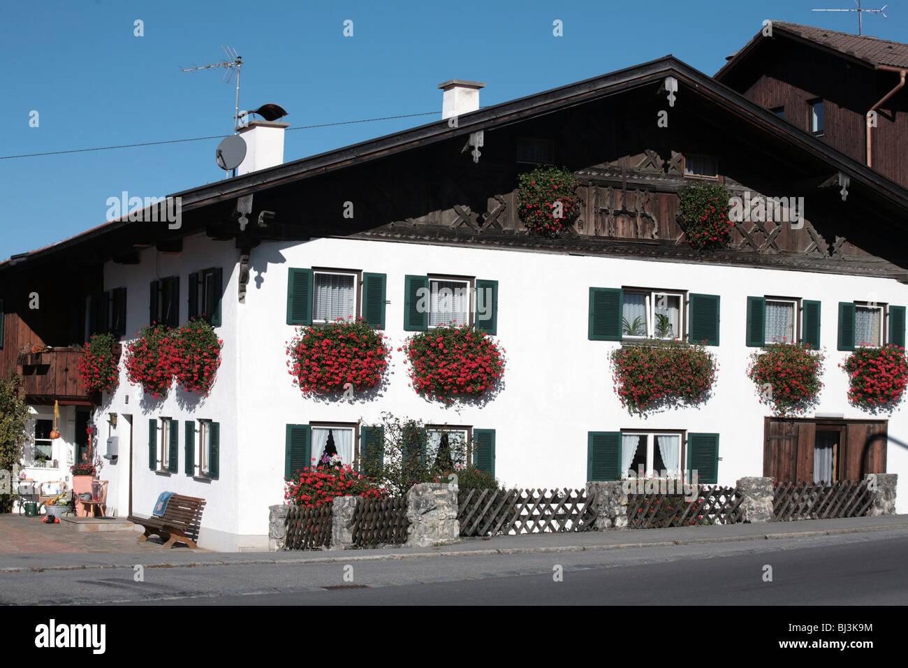 Paneles de madera y los geranios casa cerca de Fussen Bavaria Alemania Imagen De Stock