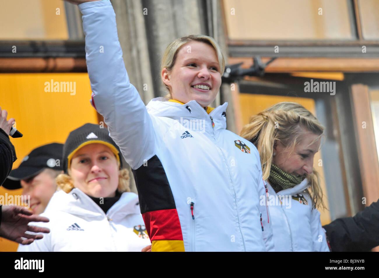 Stephanie Beckert, el patinador de velocidad, medallista de oro Olímpico, en la recepción de los participantes olímpicos Foto de stock