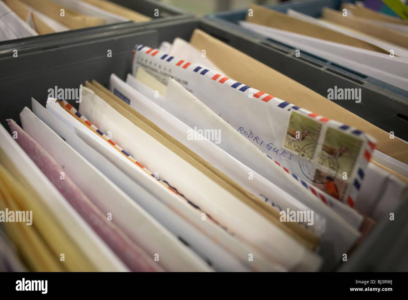 Ordena las cartas están agrupadas en un cajón en el Royal Mail Gigante del almacén en el parque logístico DIRFT Foto de stock