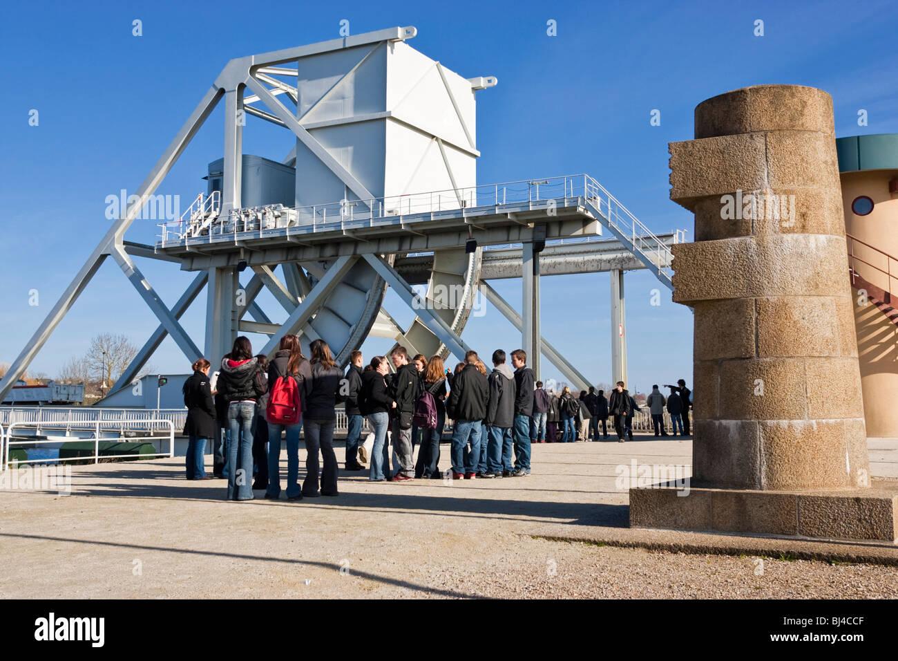 Puente Pegasus, Normandía, Francia, Europa - Escuela de niños en un viaje escolar visita de grupo Imagen De Stock