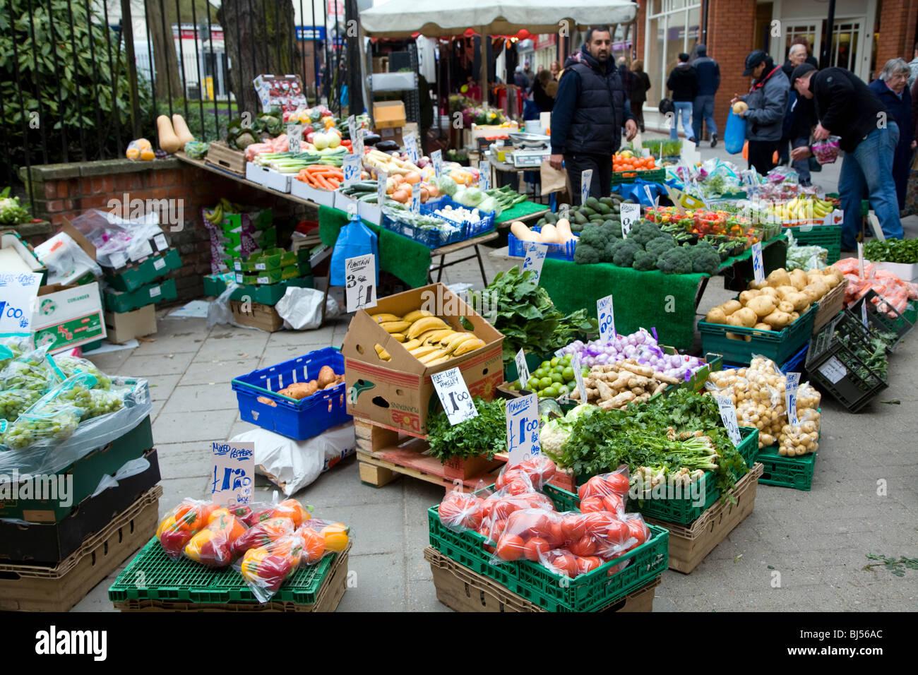 Calle del mercado de frutas y hortalizas, incluidas las variedades tropicales exóticos Foto de stock