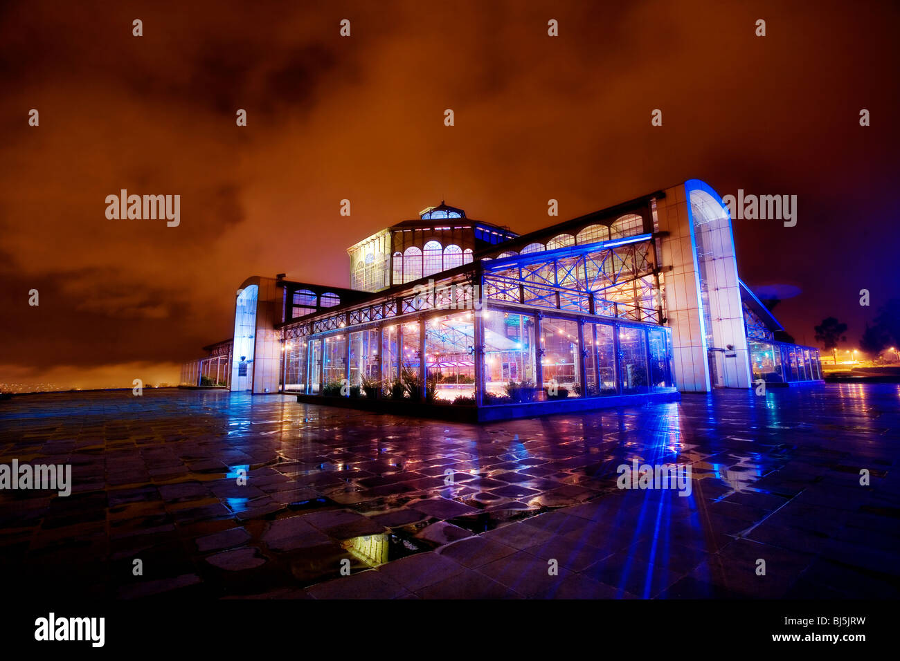 Itchimbía Crystal Palace en la noche en Quito, Ecuador. Imagen De Stock