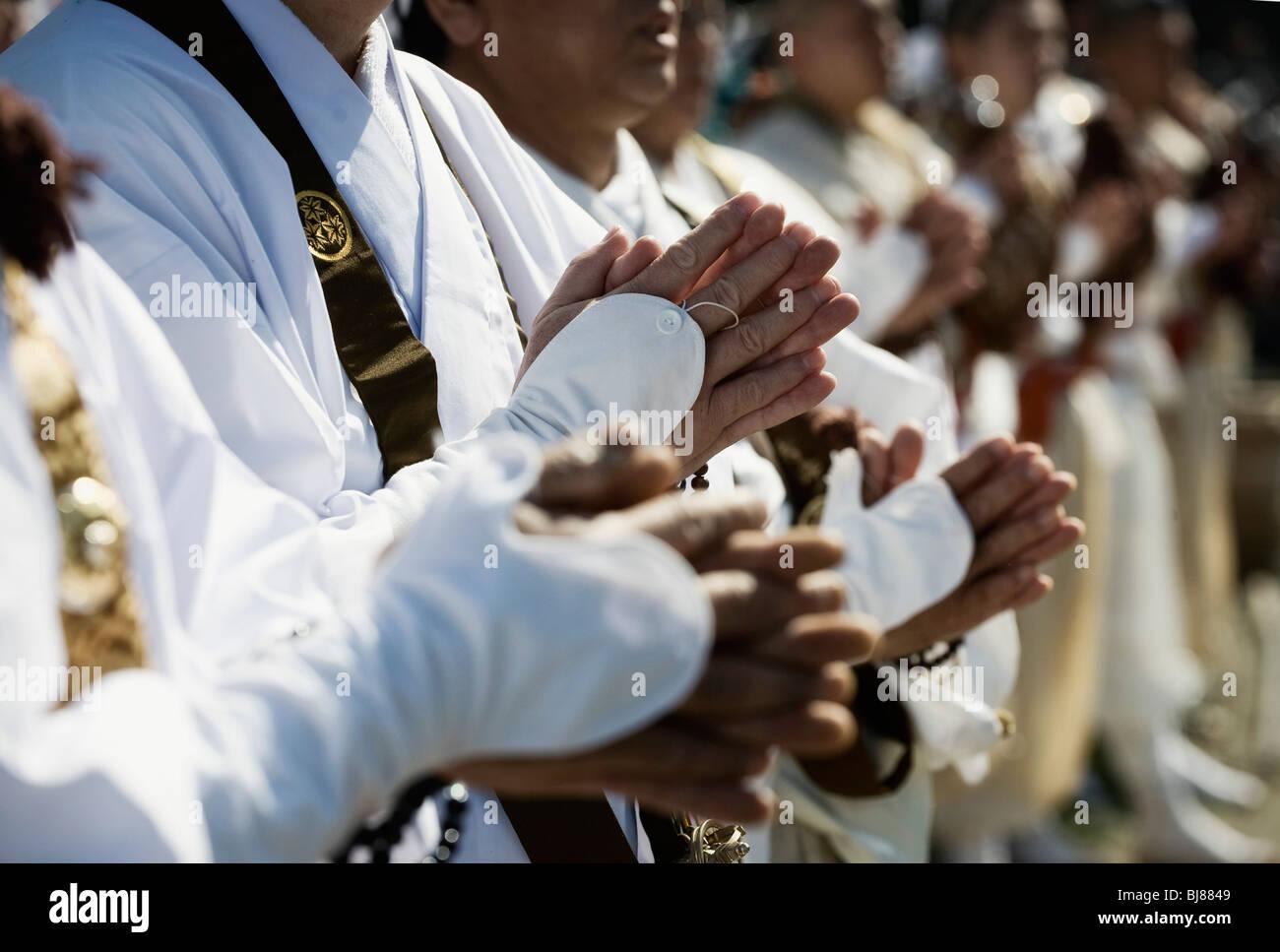 Los seguidores de la secta Shingon del Budismo chant sutras sagradas durante un ritual de purificación cerca de Foto de stock