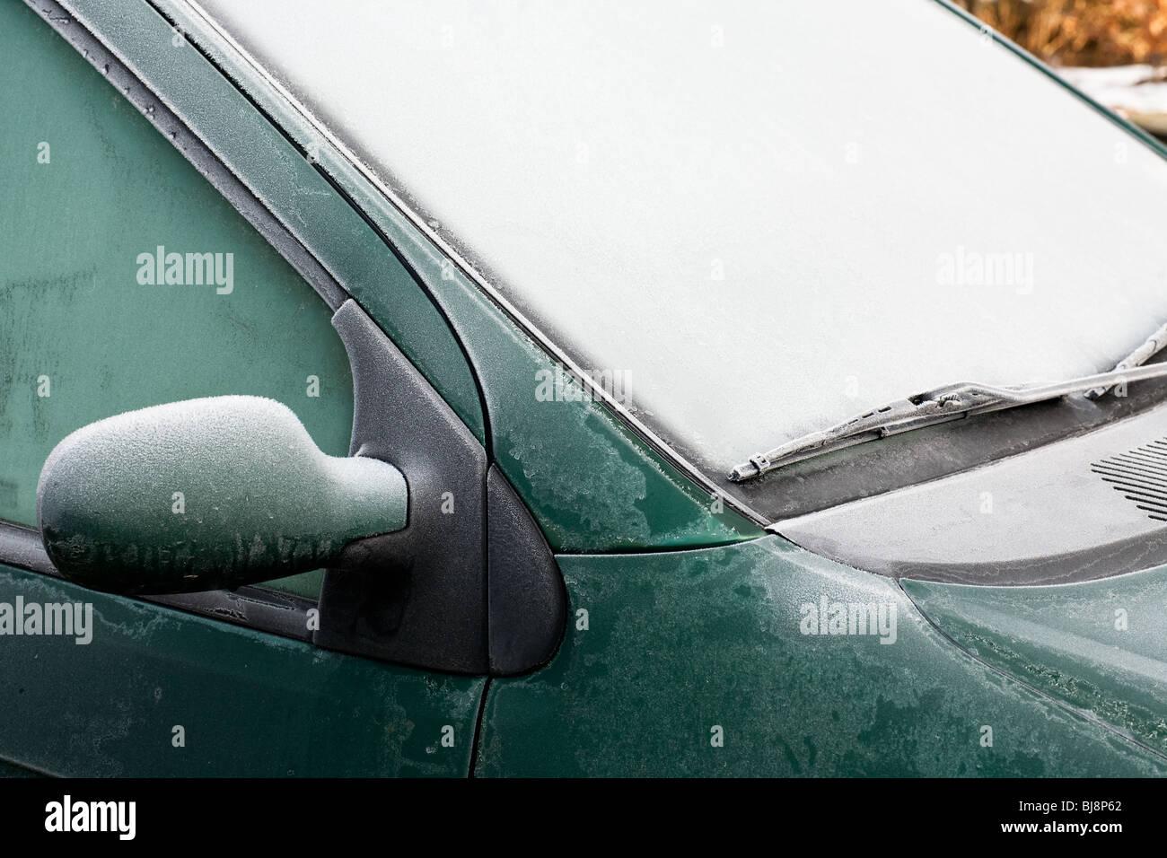 La escarcha y el hielo en un coche, ventana y espejo Imagen De Stock
