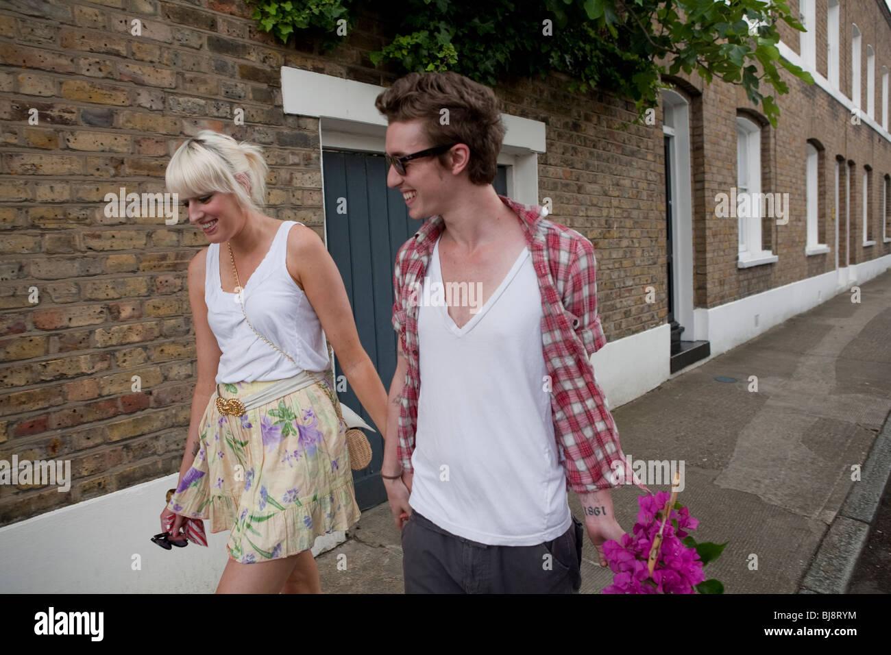 Par a pie a su casa desde el mercado de flores en verano, Londres, Inglaterra, Reino Unido, Europa Foto de stock