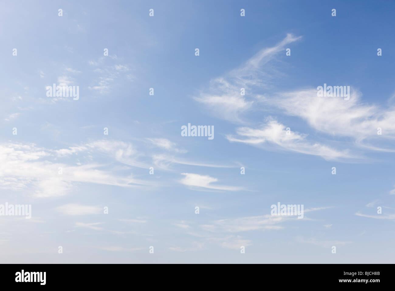 Tenues nubes en el cielo azul Imagen De Stock