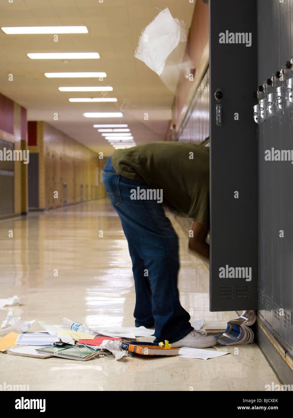Estudiante de la High School secundaria de limpiar su casillero. Imagen De Stock