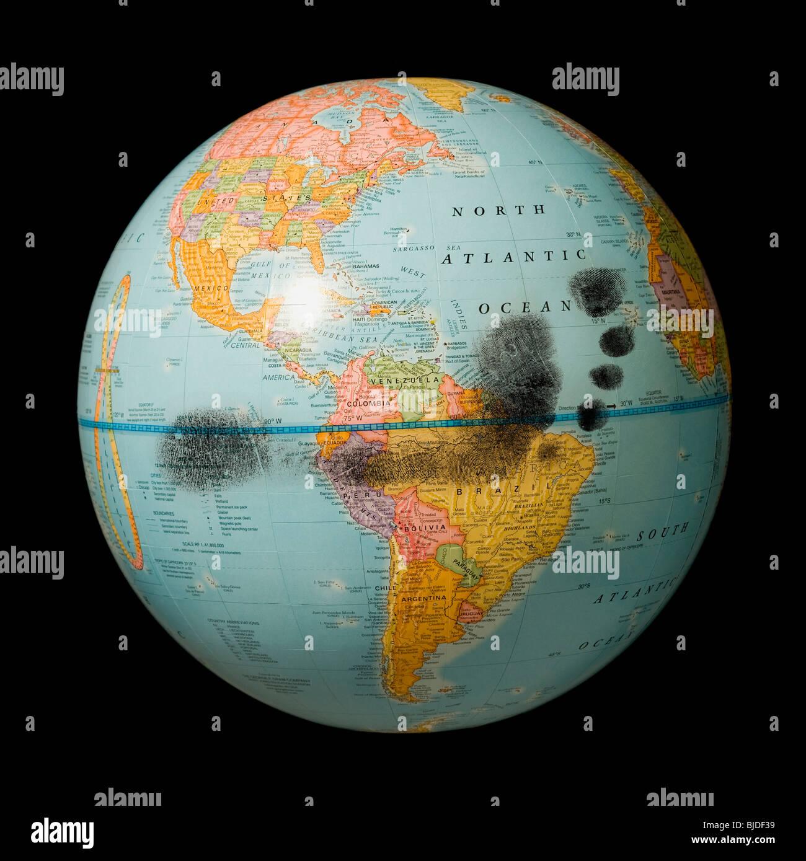 Huella sobre un globo terráqueo. Imagen De Stock