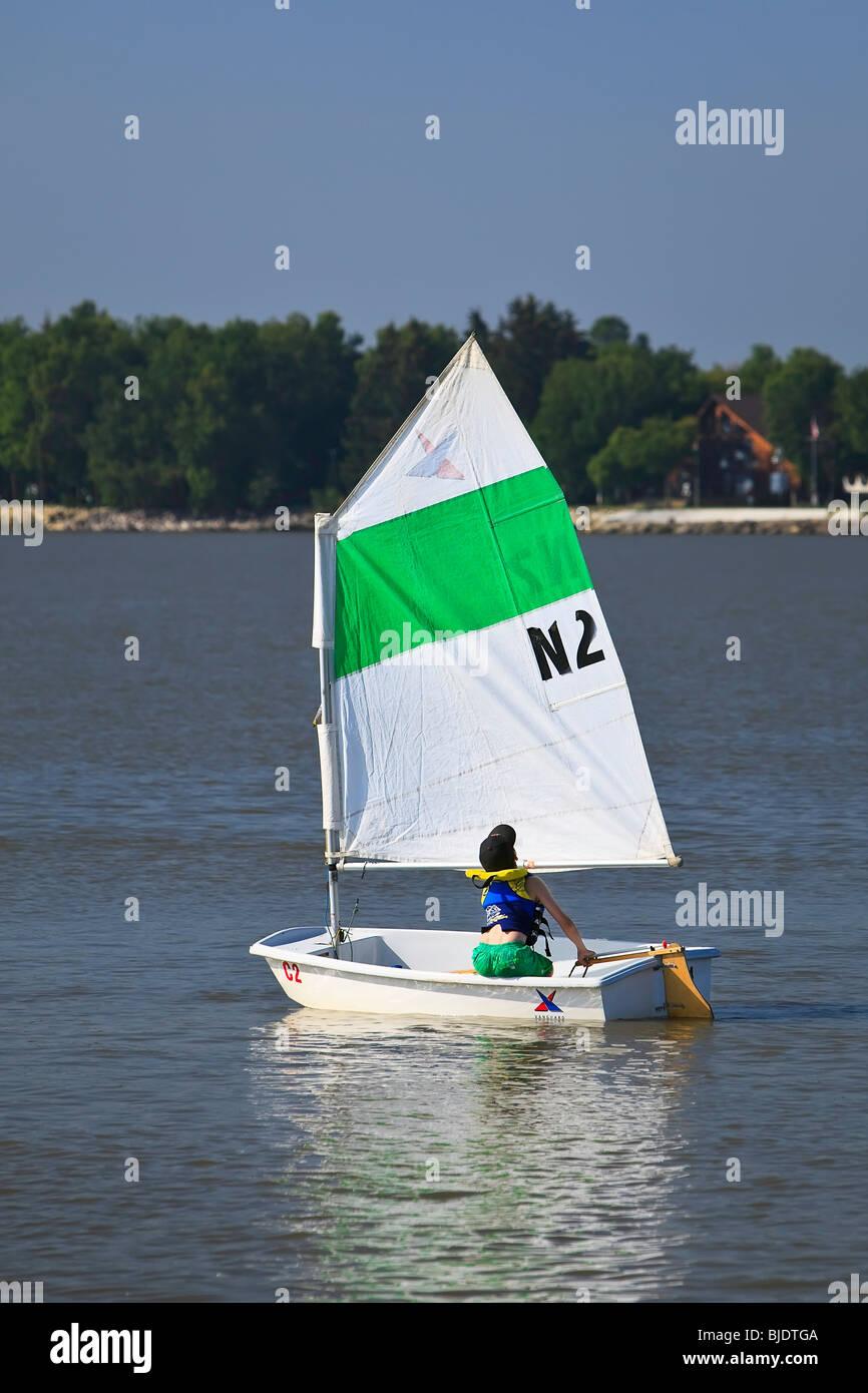 Joven navegar por el Lago Winnipeg, Gimli, Manitoba, Canadá Imagen De Stock