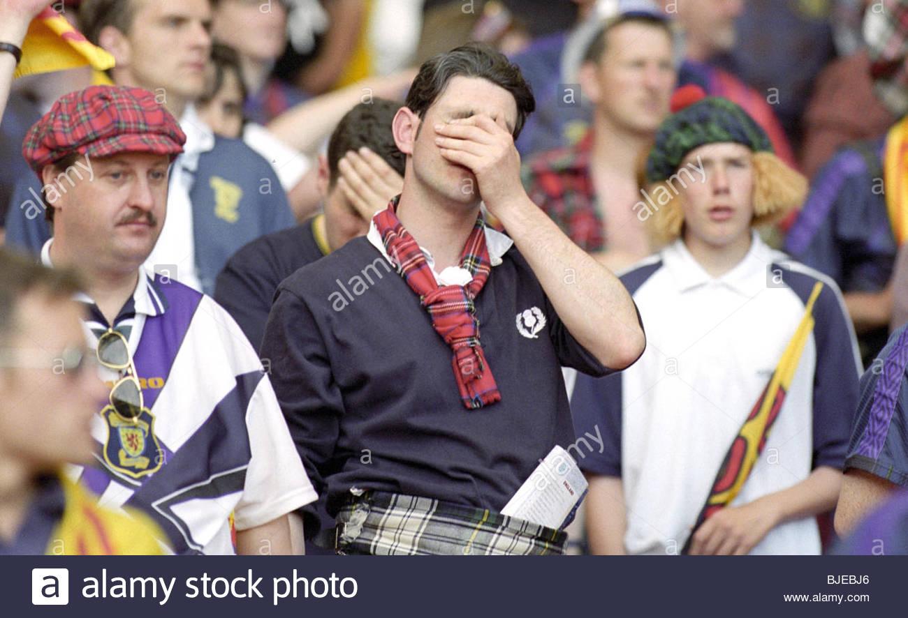 15/06/96 FINAL Campeonato Europeo 1ST RND Inglaterra contra Escocia (2-0) - LONDON WEMBLEY desánimo para Escocia Imagen De Stock
