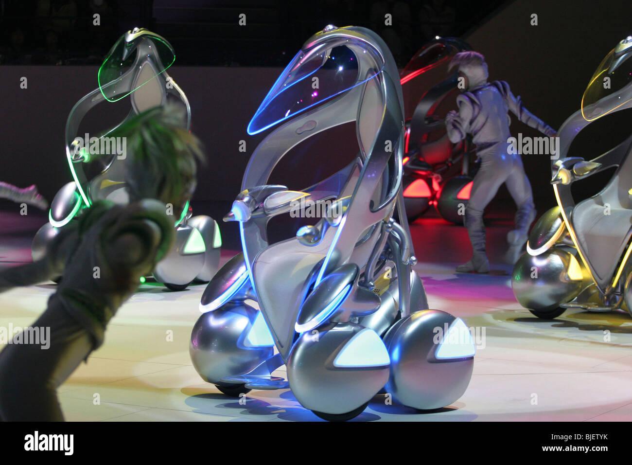 """Toyota """"i-unit"""" concepto vehículos y bailarines danzan en un espectáculo en el pabellón Imagen De Stock"""