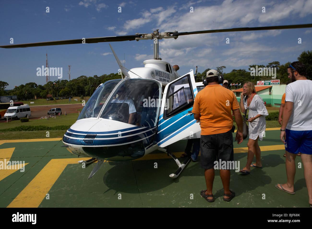Los turistas embarque helisul viaje turístico paseos en helicóptero sobre el Parque Nacional de Iguaçu, Imagen De Stock