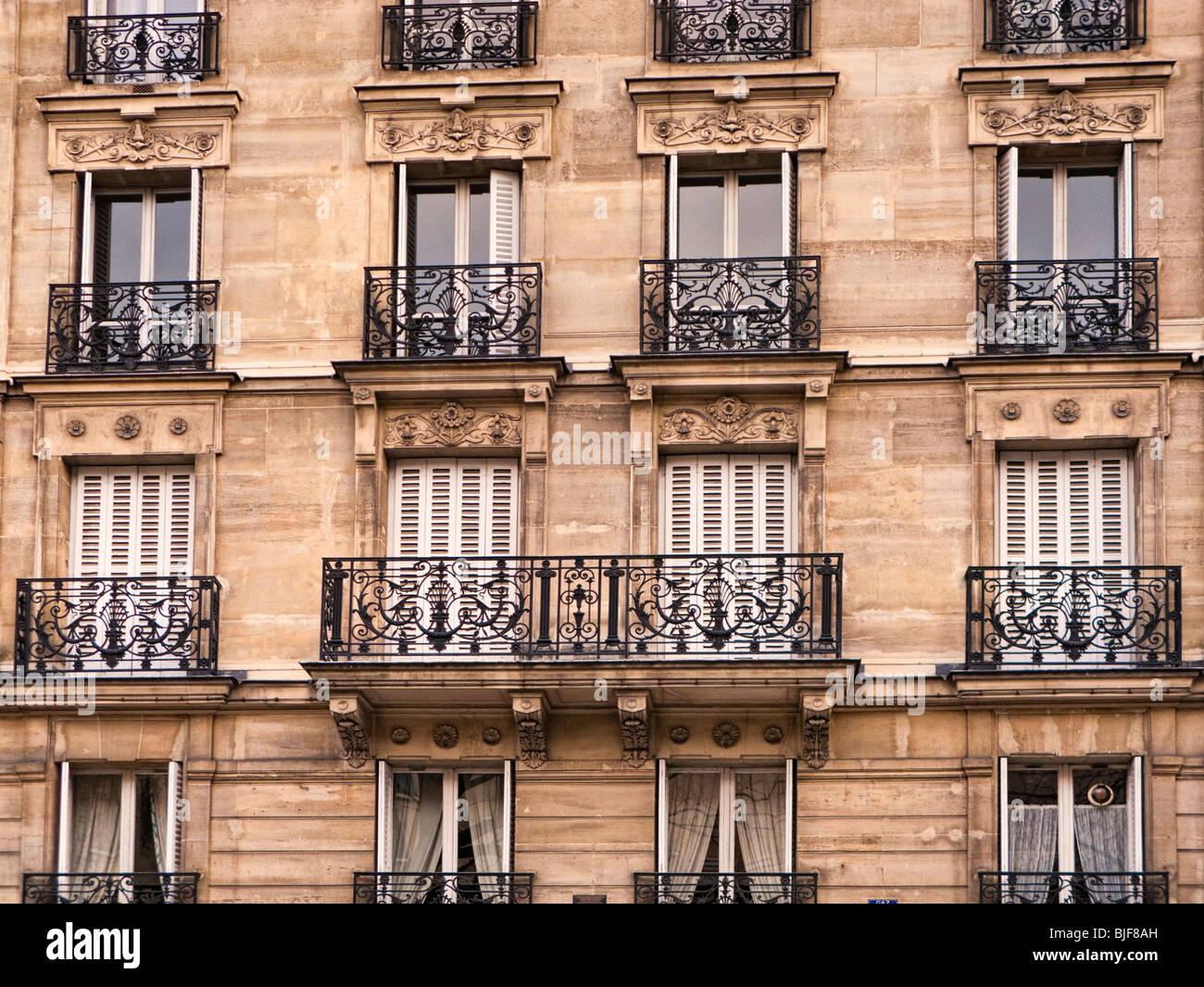 Bloque de apartamentos ornamentadas exteriores con balcón en París, Francia, Europa Imagen De Stock