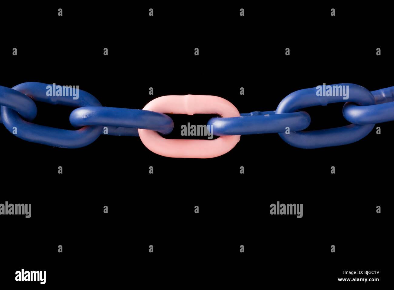 Rosa enlace en una cadena azul Imagen De Stock