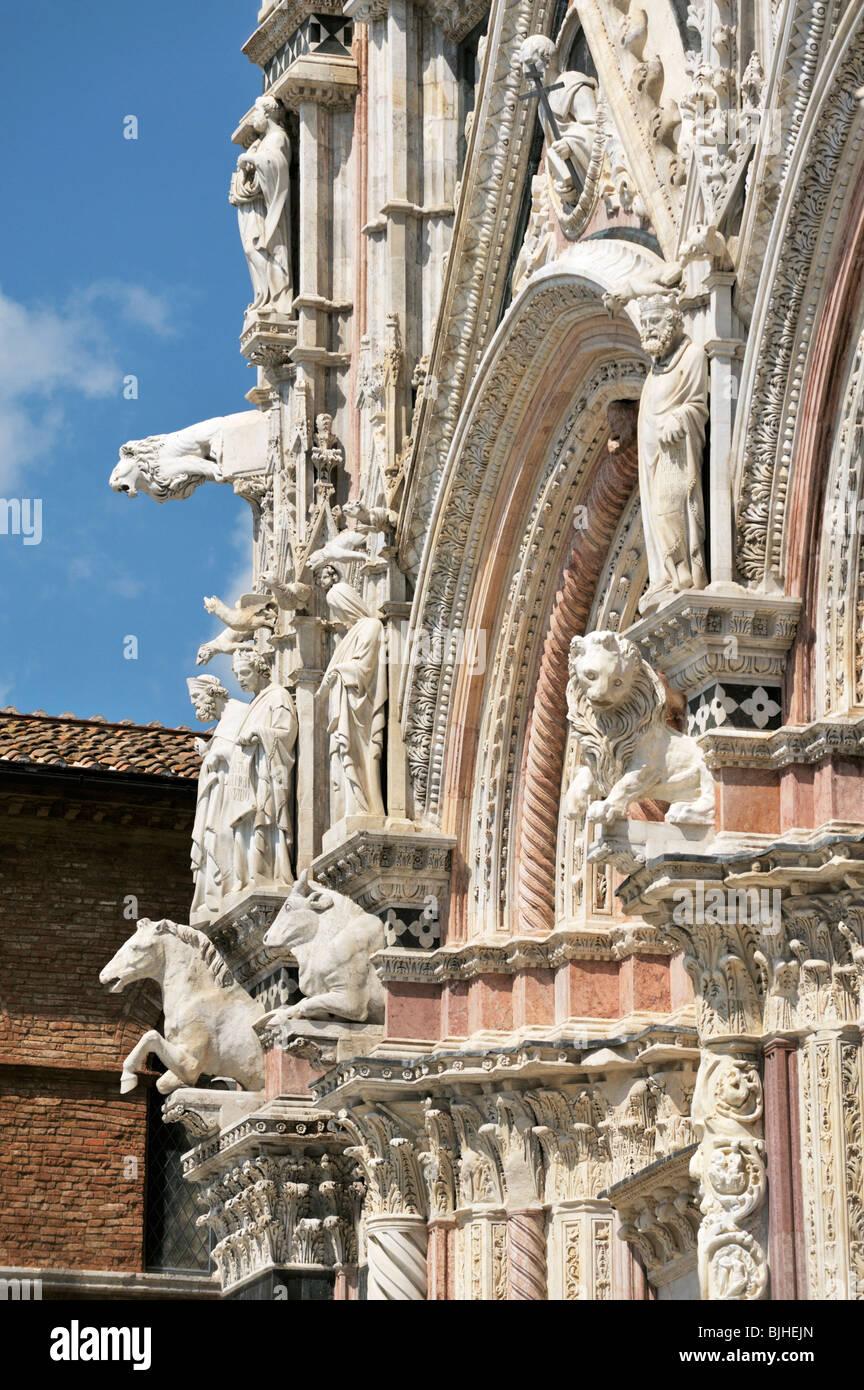 La Catedral de Siena, Toscana, Italia. El caramelo de rayas fachada principal de la catedral, adornada con bestias Imagen De Stock