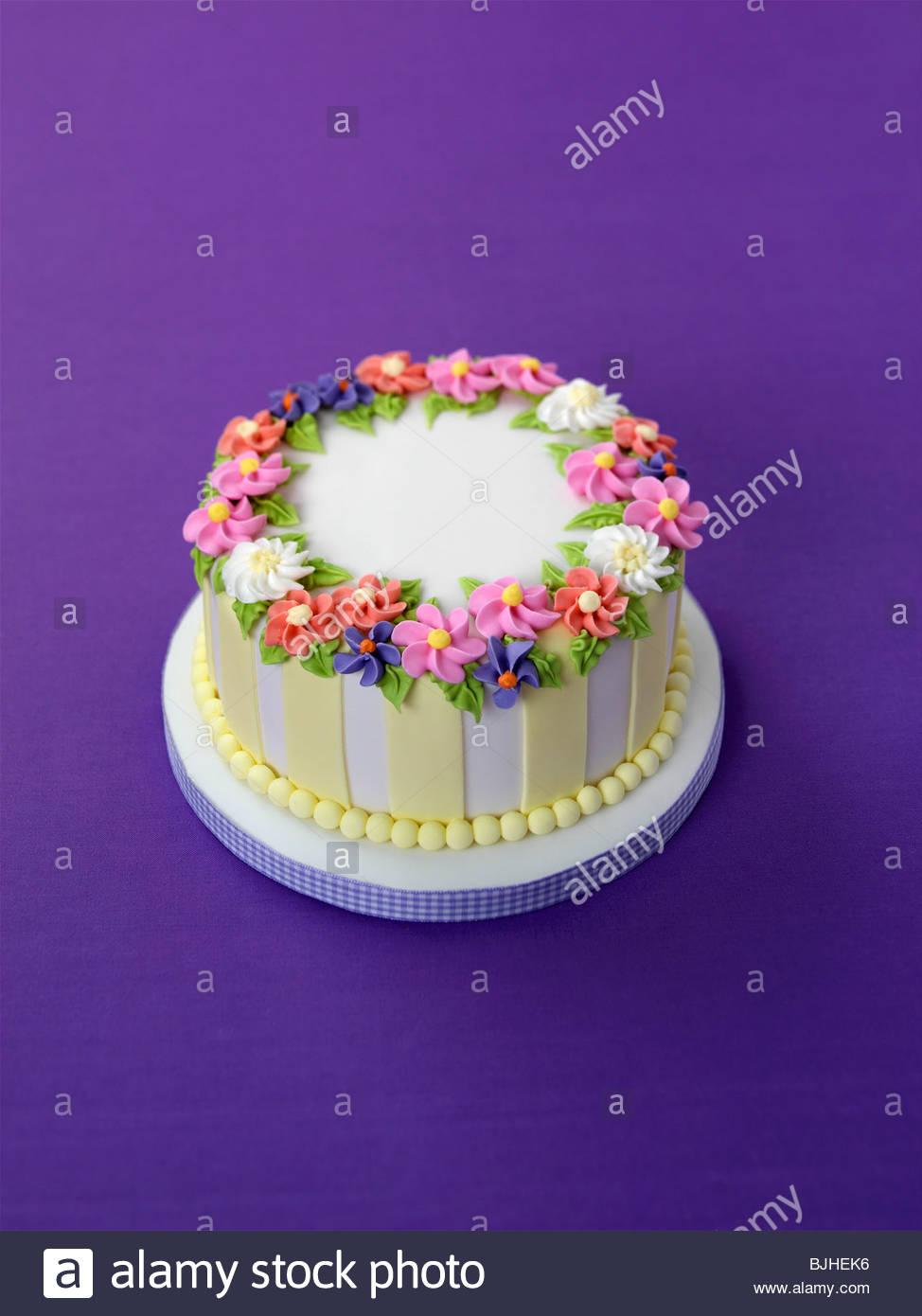 Summery azúcar tarta con flores para la ocasión especial Imagen De Stock