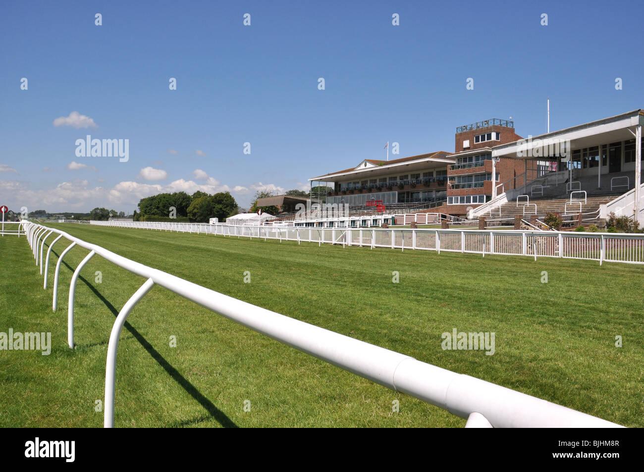 Folkestone, Kent, UK. Carreras de caballos hipódromo rectos y tribuna de acabado Imagen De Stock