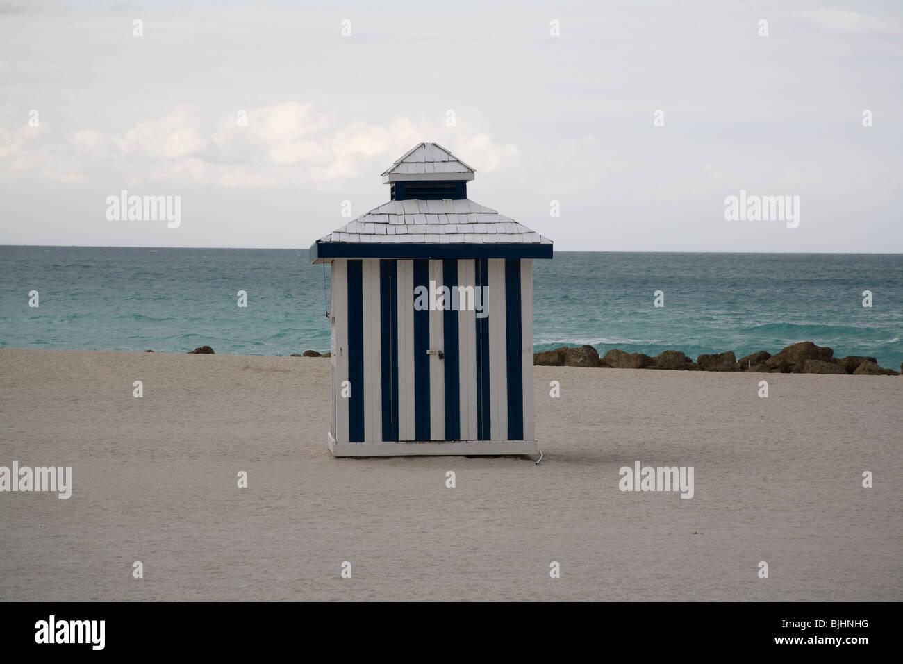 Azul y blanco stripey cabaña en la playa en South Beach, Miami, Florida, EE.UU. Imagen De Stock