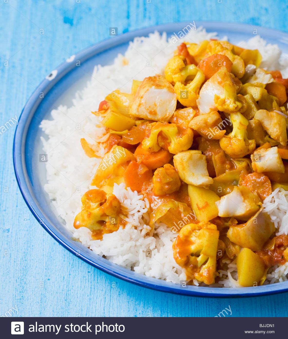 Pescado y verduras curry sobre arroz Imagen De Stock