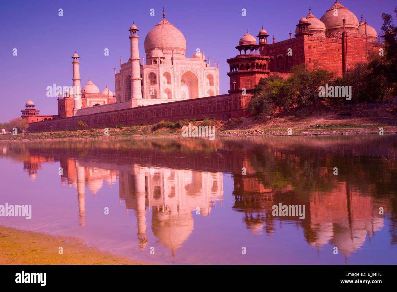 Taj Mahal visto desde el río Yamuna, Agra, la India, el Taj Mahal, Patrimonio Mundial de la UNESCO, construida en 1631 por Shal Jahan para mujer Foto de stock